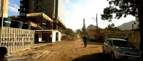 Avenida Autódromo, vía principal y entrada única para los moradores. A la izquierda la construcción de un complejo hotelero, parte del proyecto de Parque Olímpico. Fecha: 10/06/2015. Foto: Daniel Meza.